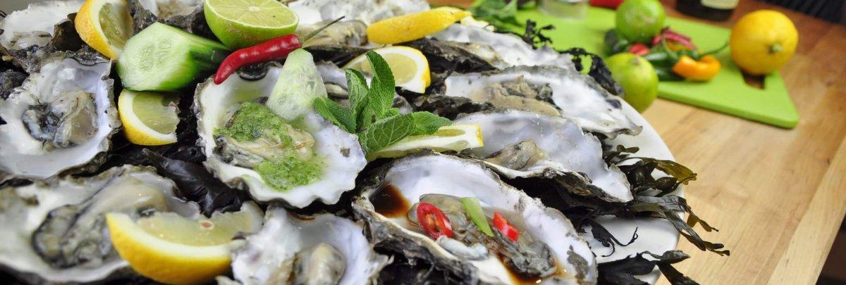 Heerlijk bereide oesters - vers van het wad